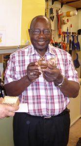 Bischof Johannes aus Uganda besucht die Krippenfreunde